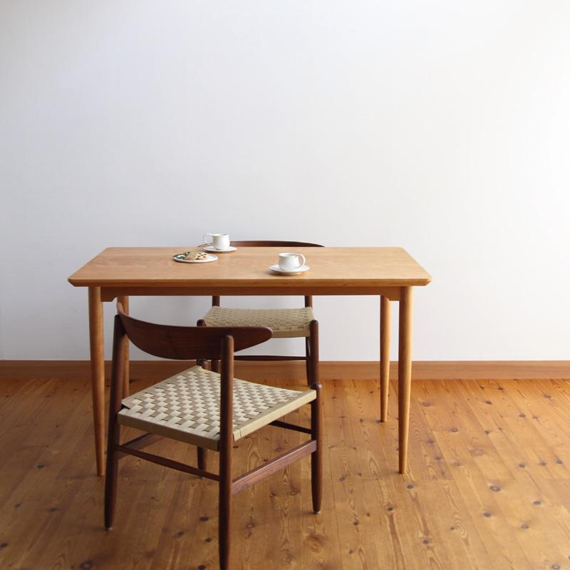 チェリー丸脚のテーブル (クリックで拡大します)