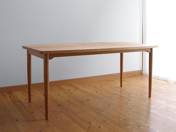 家具工房クラポ・ダイニングテーブル5265 ウォールナット・チェリー無垢材 曲線を使った天板と丸脚で優しい雰囲気です